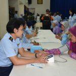 Masyarakat Kota Bandung Antusias Ikuti Kegiatan Pengobatan Massal Di Lanud Husein Sastranegara