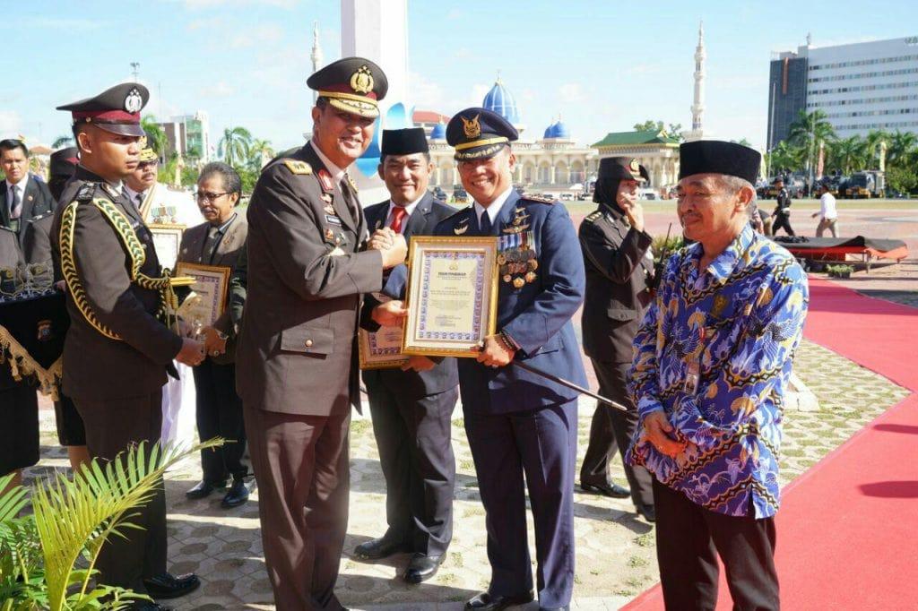 Danlanud Raja Haji Fisabilillah Terima Piagam Penghargaan Dari Kapolda Kerpi