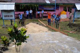 Personel Kosekhanudnas IV Melaksanakan Karya Bakti di Desa Urfu Kabupaten Biak