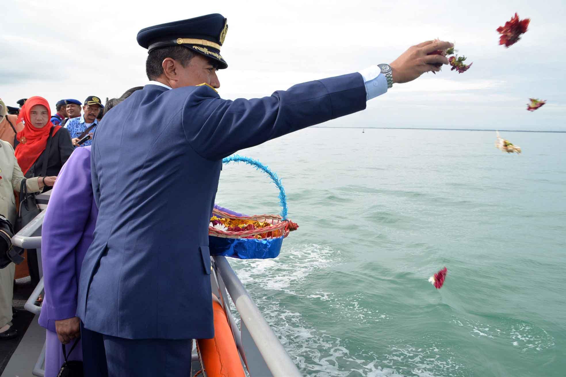 Panglima Kosekhanudnas III Tabur Bunga Di Perairan Buoy5 Memperingati Hari Pahlawan