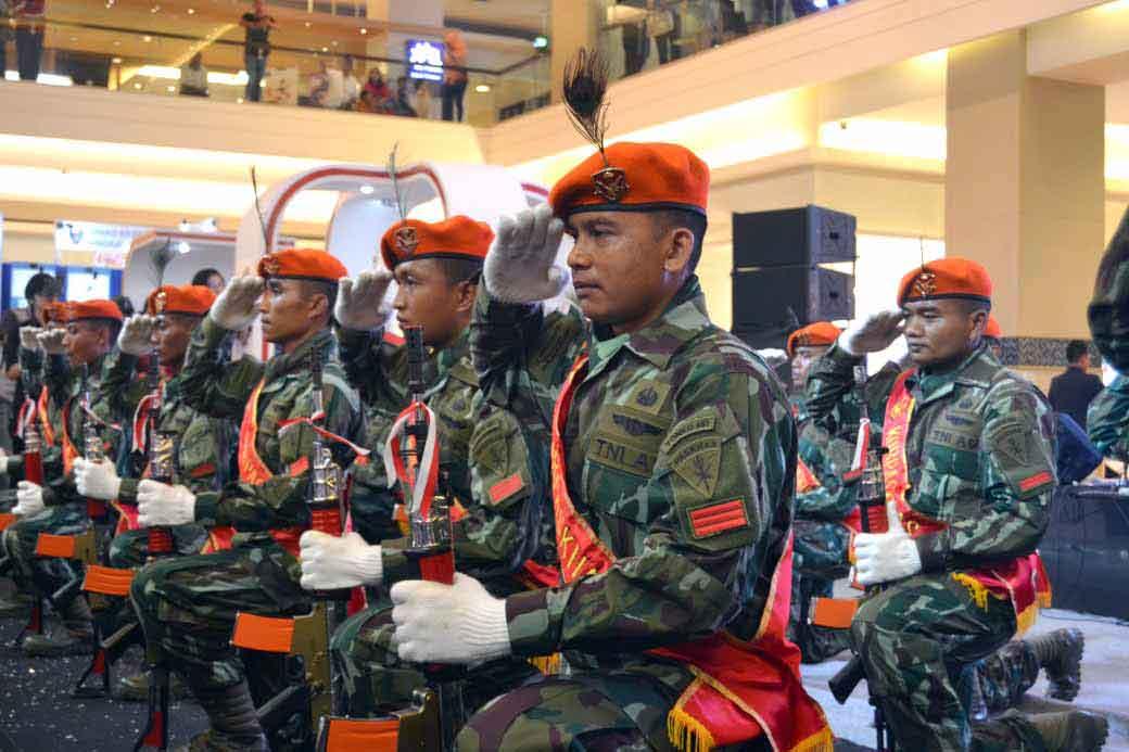 Tim Kolone Senapan Yonko 461 Paskhas Pukau Pengunjung Mall Kota Kasablanka