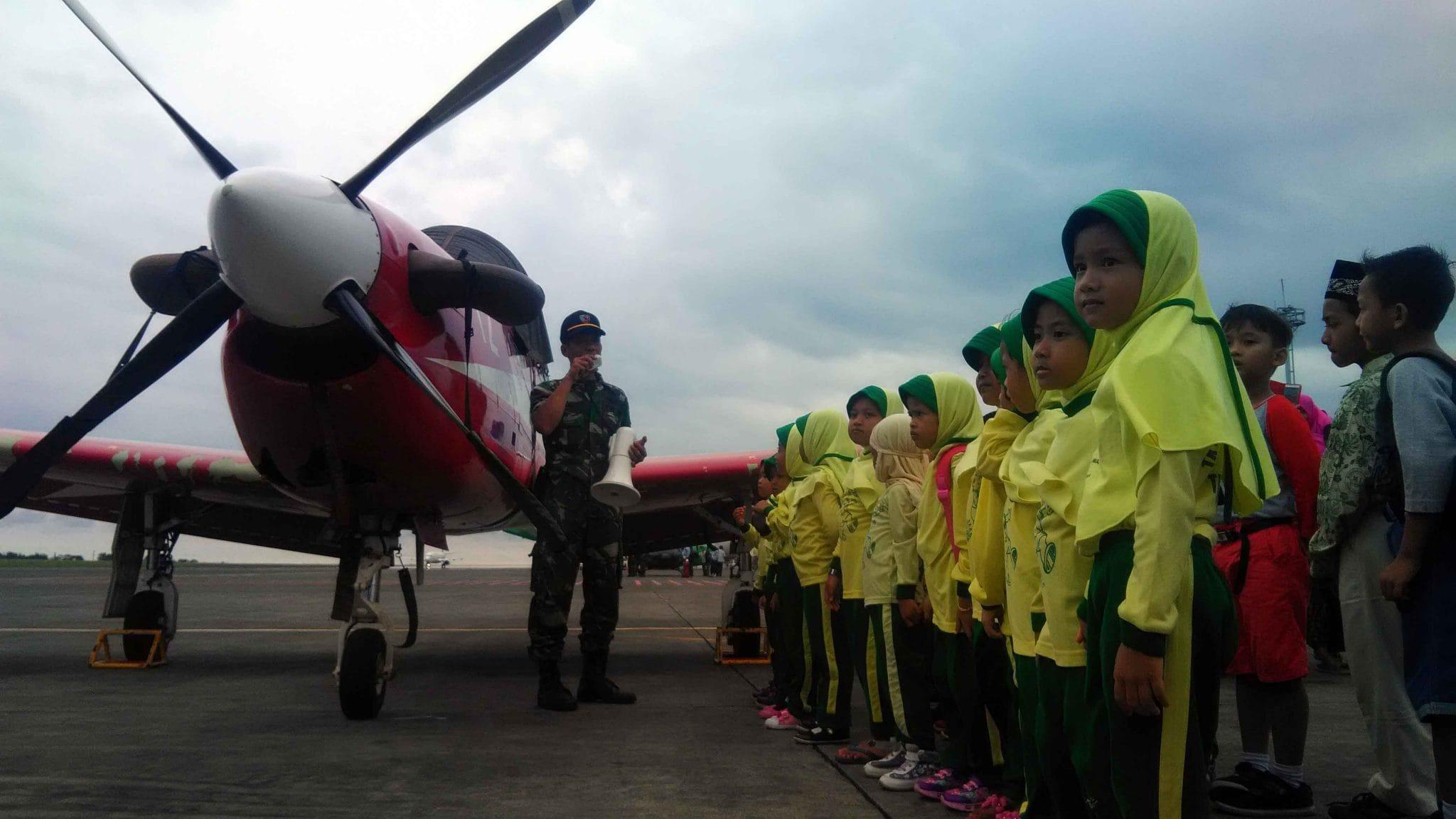 PESAWAT KT-1B DISERBU SISWA TK ISLAM PEMBANGUNAN