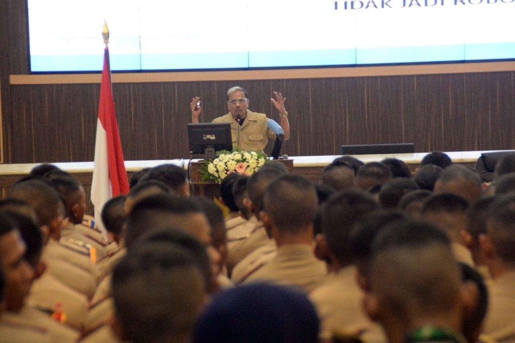 Marsekal TNI (Purn) Chappy Hakim berikan kuliah umum kepada Taruna AAU.
