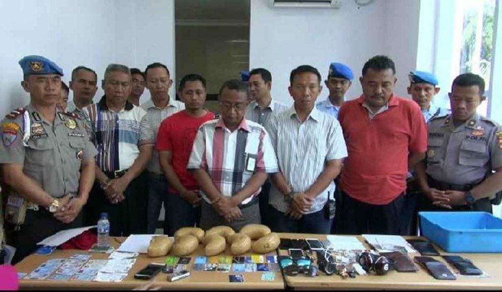 Satpomau Lanud Rsn dan Avsec Bandara SSK II Amankan Empat Orang Pembawa Sabu