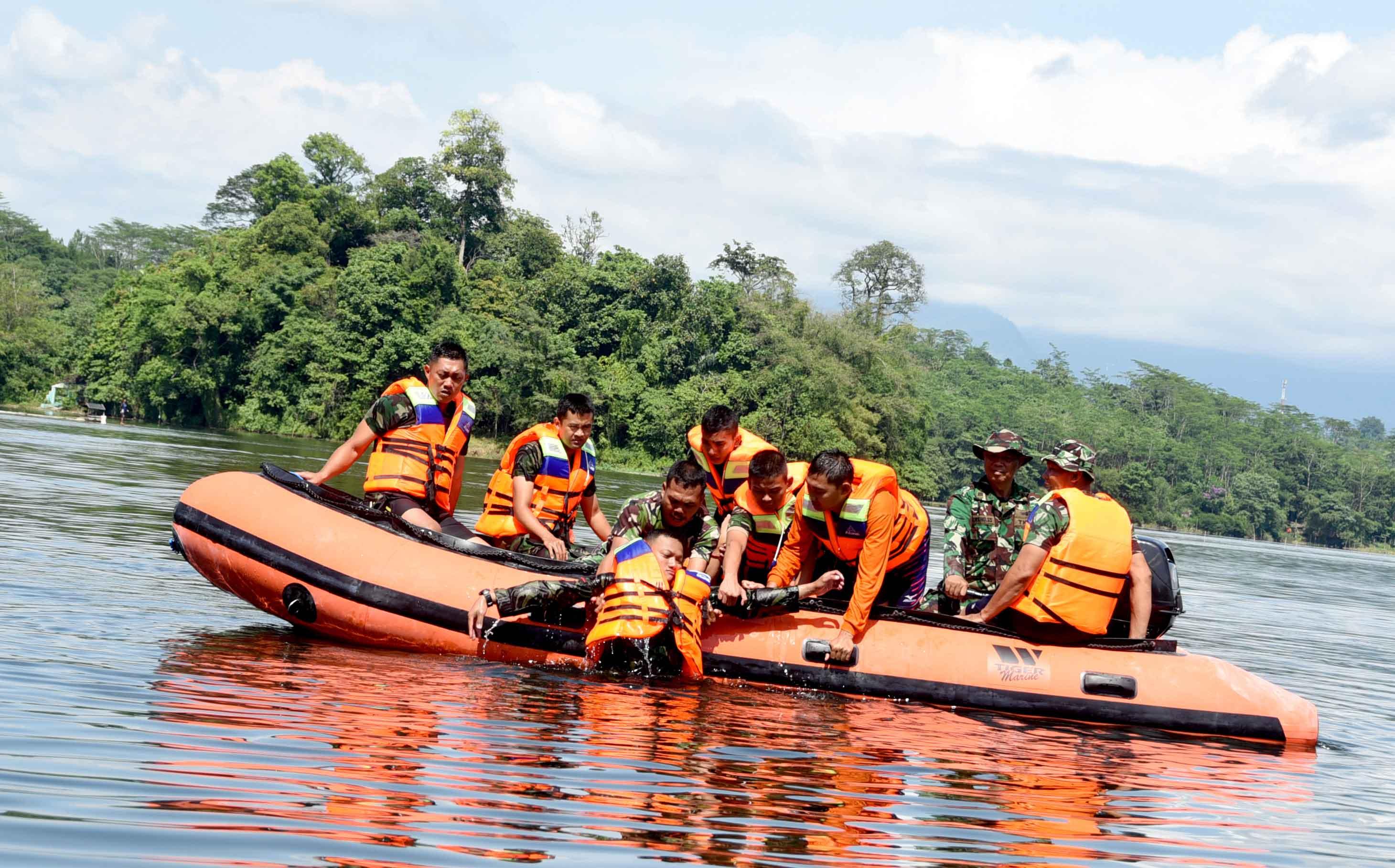 Personel Lanud Wiriadinata Latihan SAR dan Survival 2017 di Situgede Tasikmalaya