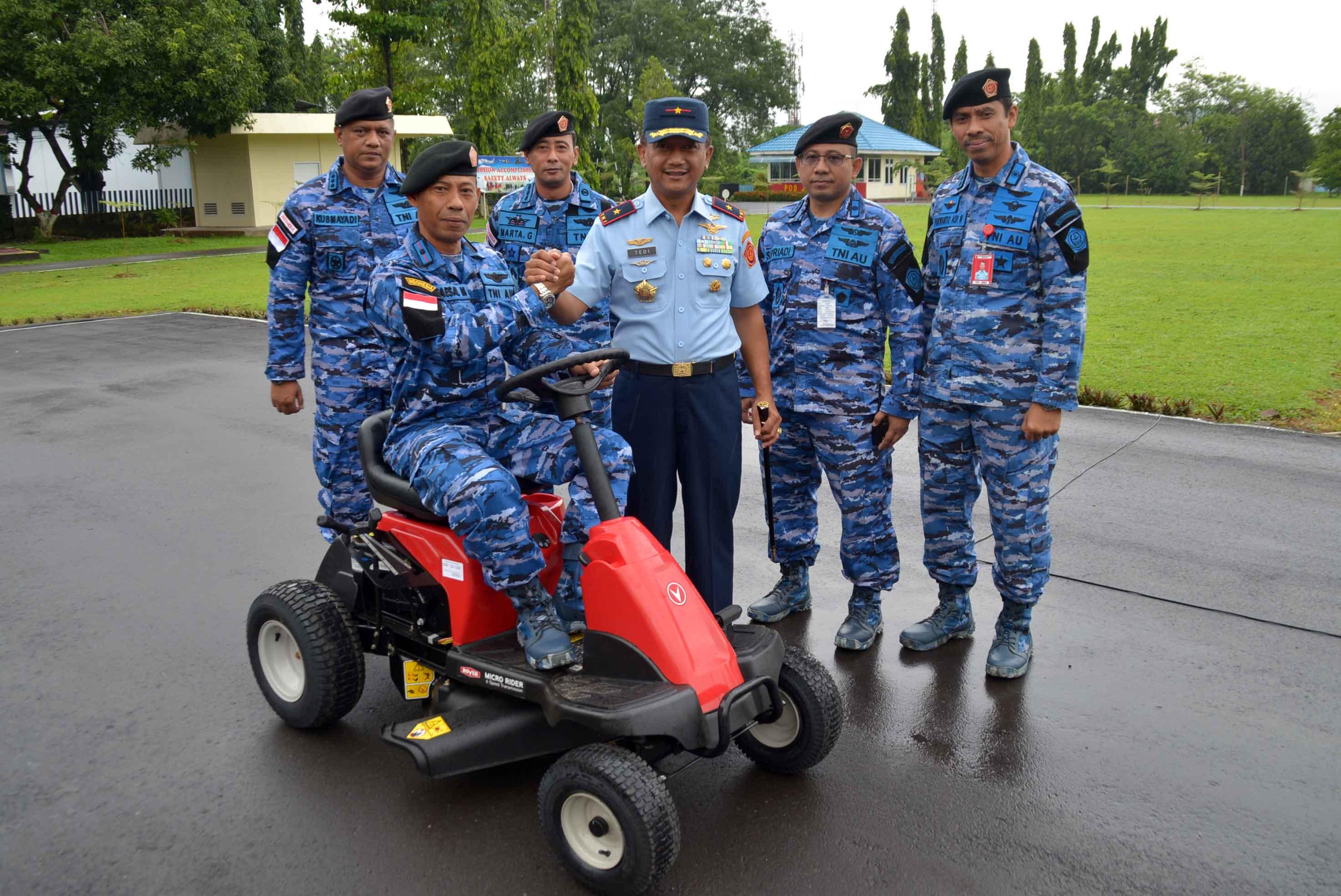 Pangkosekhanudnas II Serahkan Mesin Potong Rumput untuk Komandan Flight Markas