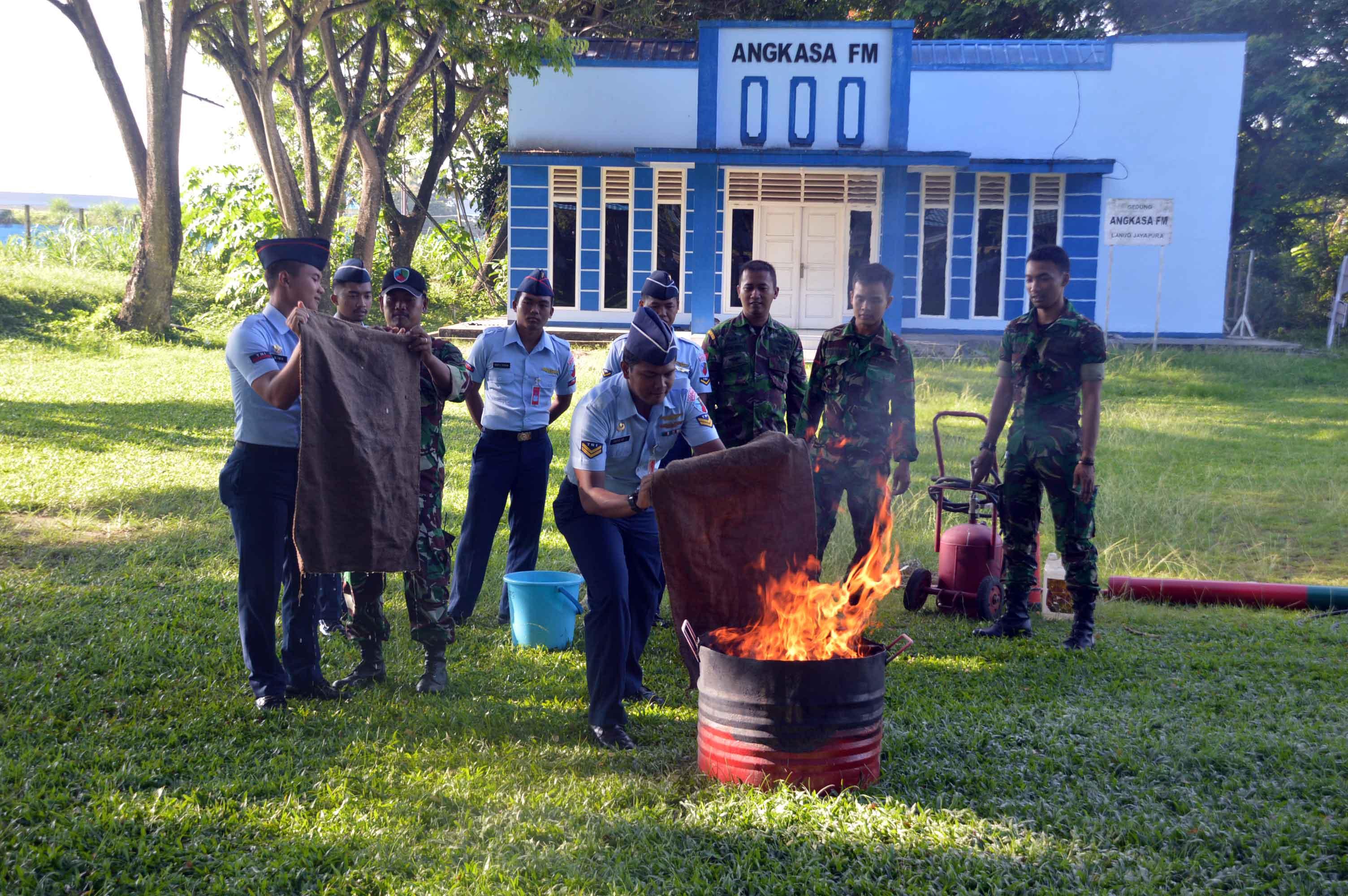 Latihan Penanggulangan Bahaya Kebakaran di Lanud Jayapura