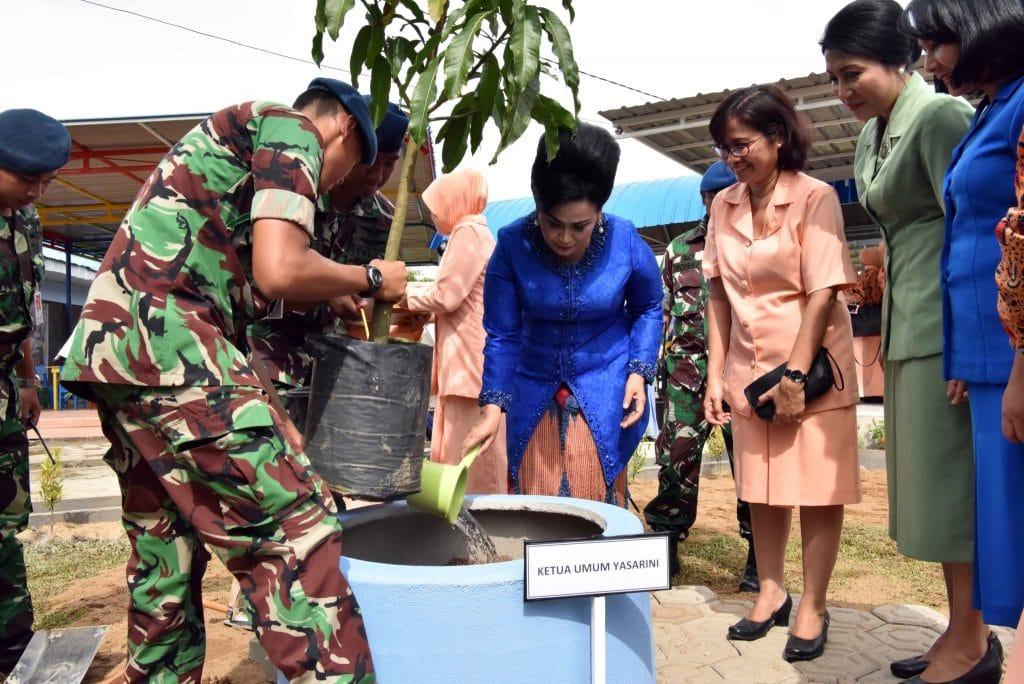 Ketum Yasarini Tanam Pohon di Taman Edukasi PAUD Angkasa LanudSupadio