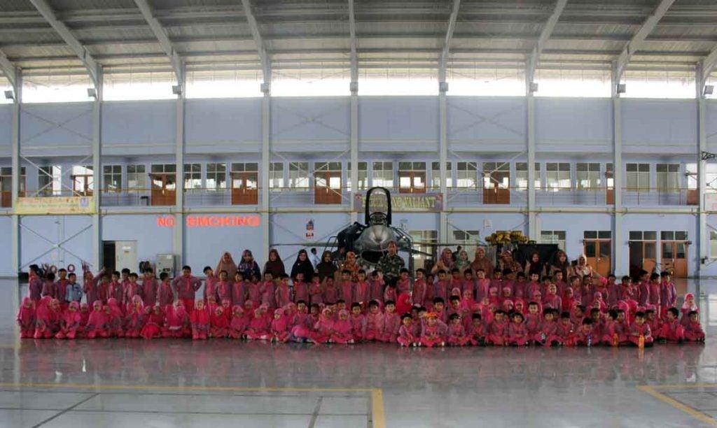 Tanamkan Cinta Dirgantara dan Motivasi Muridnya, Ratusan Murid TK Kunjungi Skadron 16