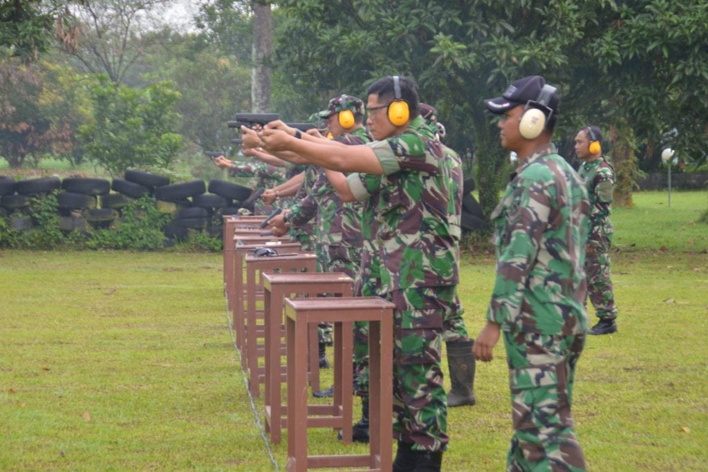 Asah Kemampuan, Personel Lanud Soewondo Laksanakan Latihan Menembak