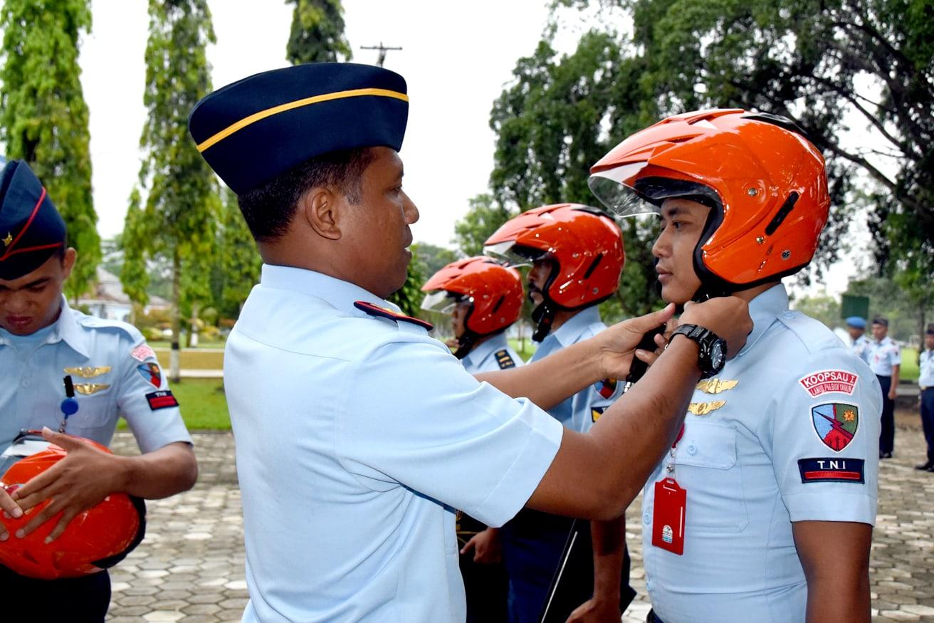 Lanud BNY Bagikan Helm Khas TNI AU