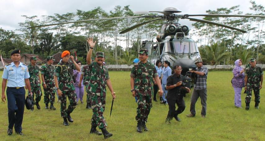 Pangkosekhanudnas II Dampingi Panglima TNI Ke Satrad 221 Ngliyep