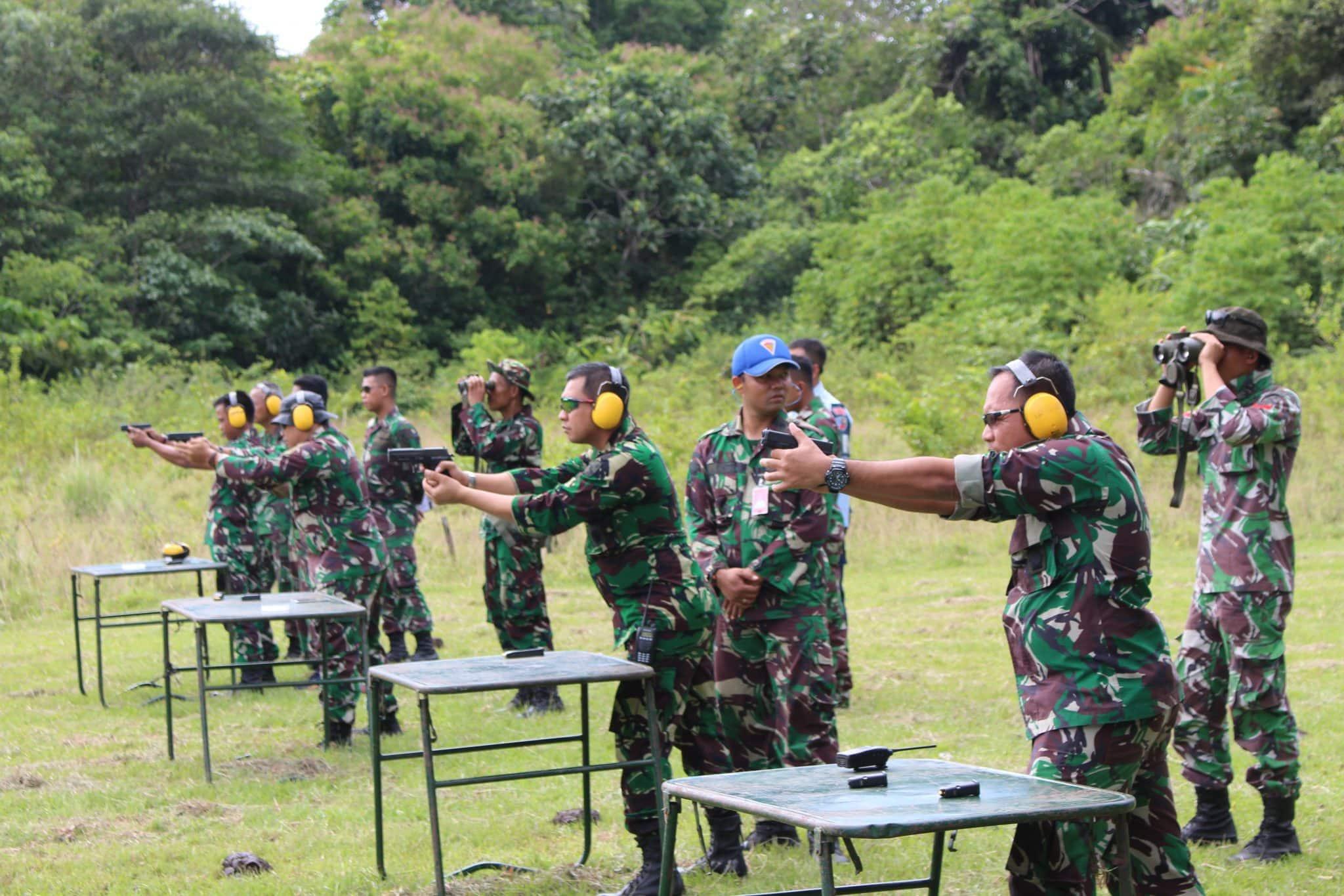Latihan Menembak Pistol di Lanud Jayapura