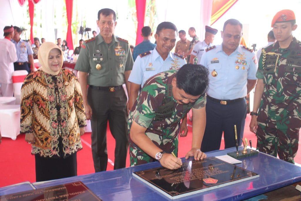 Panglima TNI Resmikan Masjid Besar At Taqwa, Tugu Helikopter Lanud Ats dan Bedah Rumah