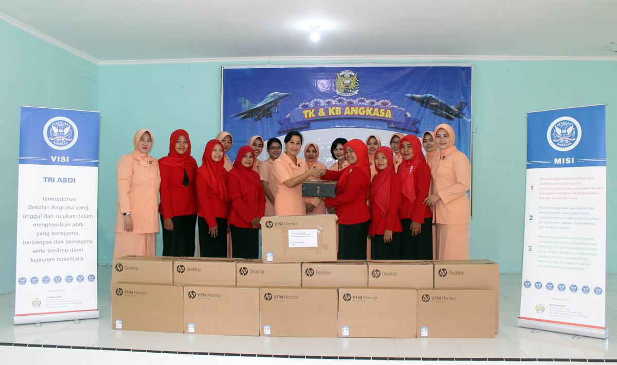 TK dan SD Angkasa Lanud Rsn Terima Bantuan Komputer dari Yasarini Pusat