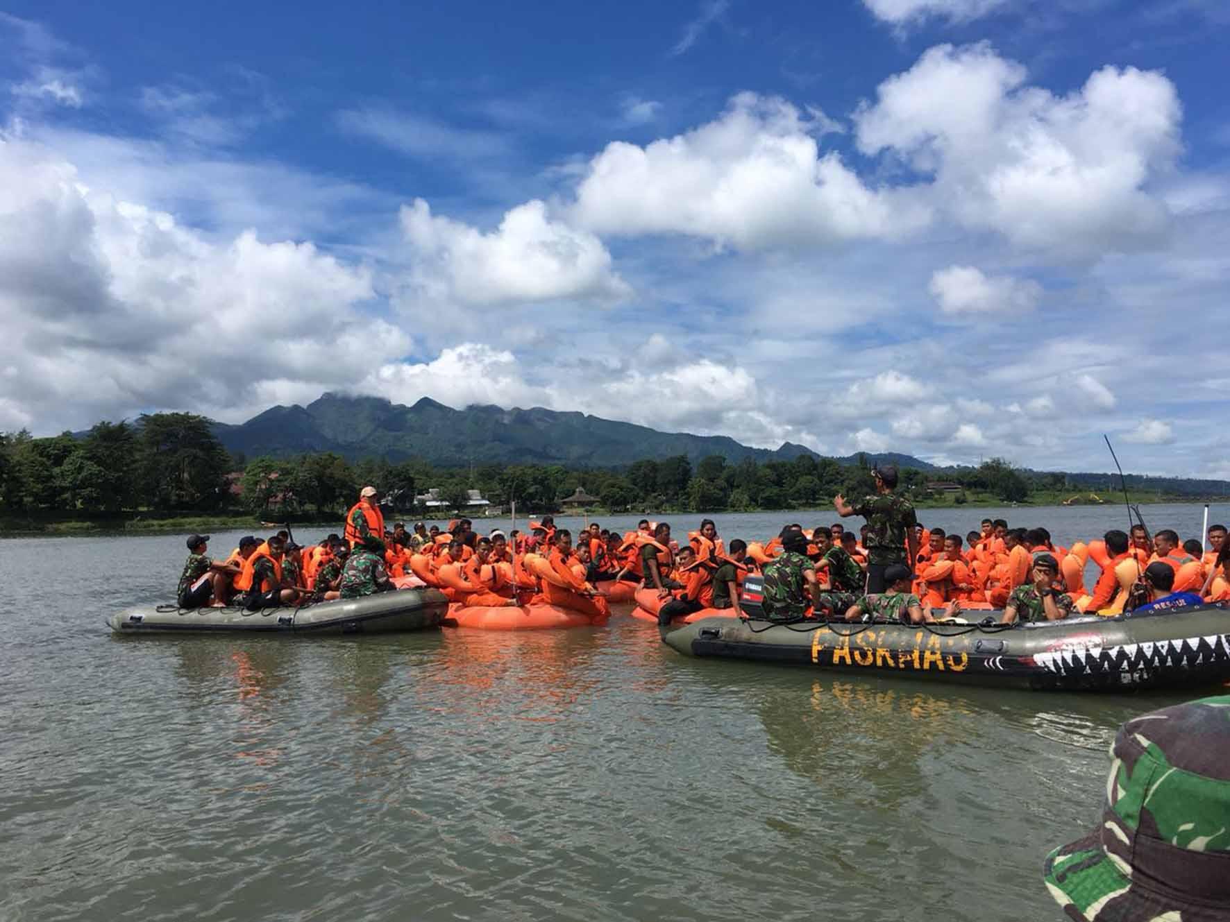 latihan_survival_diatas_dan_bali_perahu_di_waduk_selorejo_kabupaten_malang