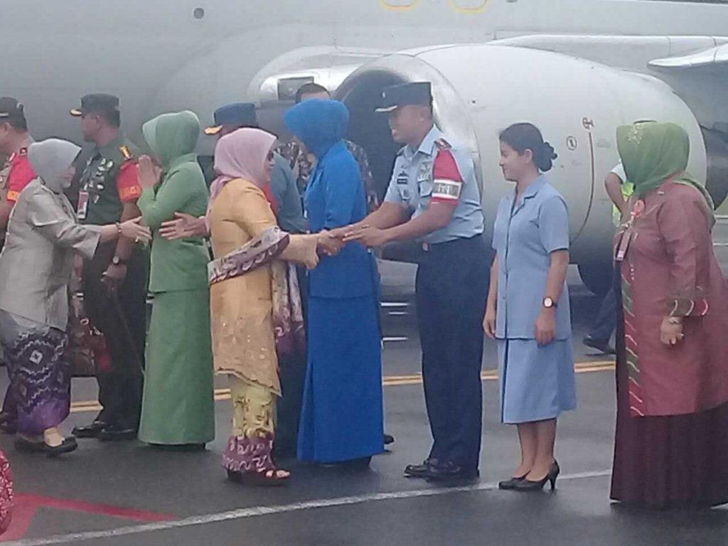 Komandan Lanud Sjamsudin Noor  Turut Sambut Kedatangan Ibu Wakil Presiden RI