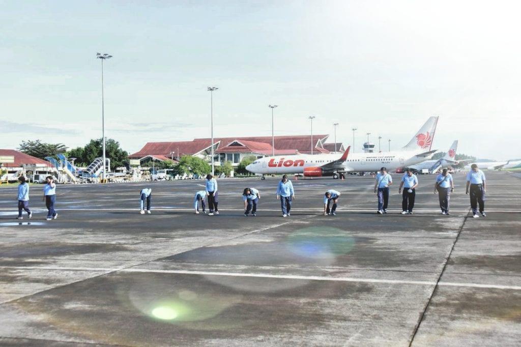 """Lanud Sri Melaksanakan Pembersihan Apron Bandara dari """"KOBA"""""""