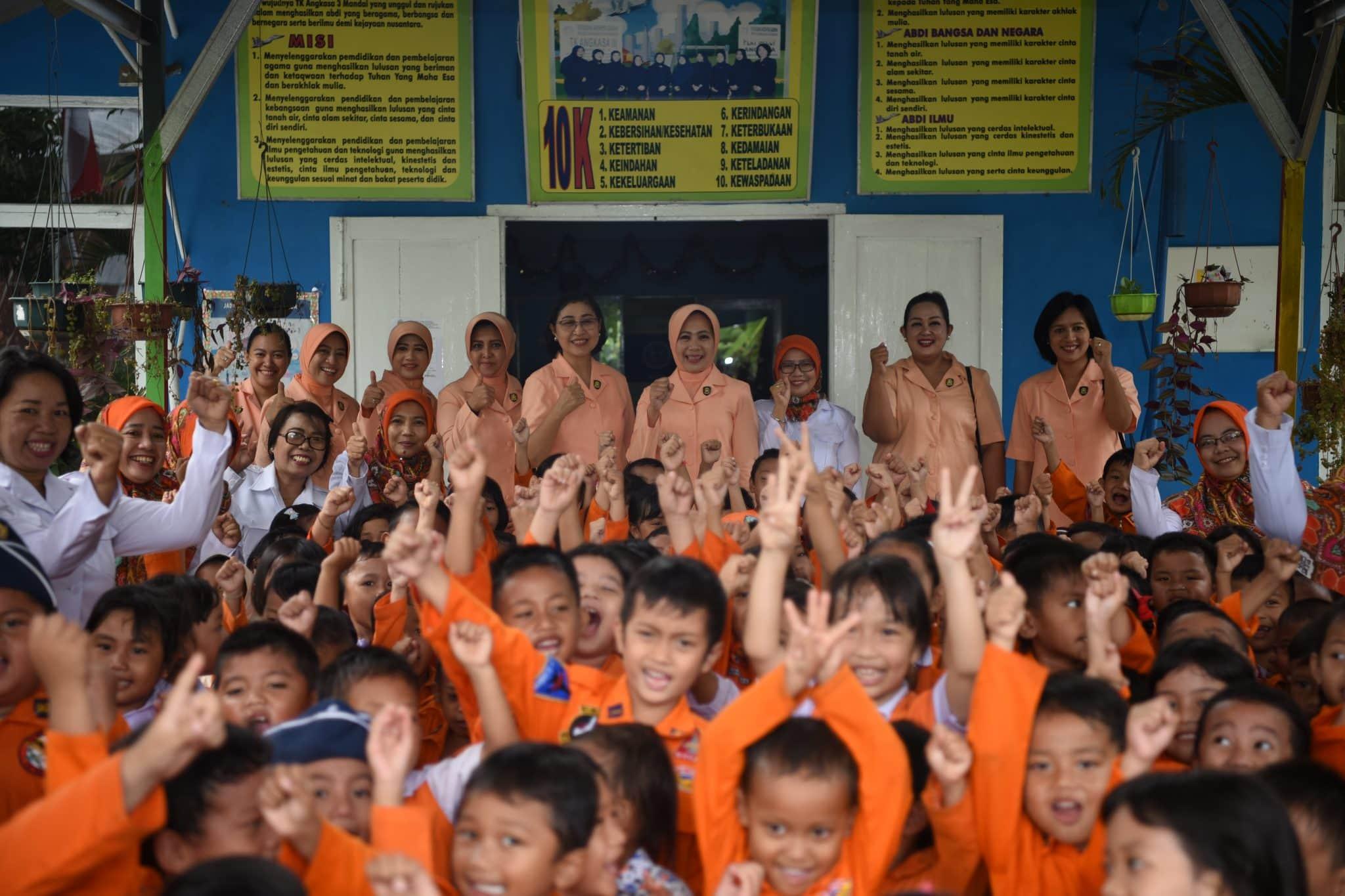 Ketua Yasarini Perwakilan Koopsau II dan Sekretaris Umum Yasarini Kunjungi Sekolah Angkasa Lanud Sultan Hasanuddin