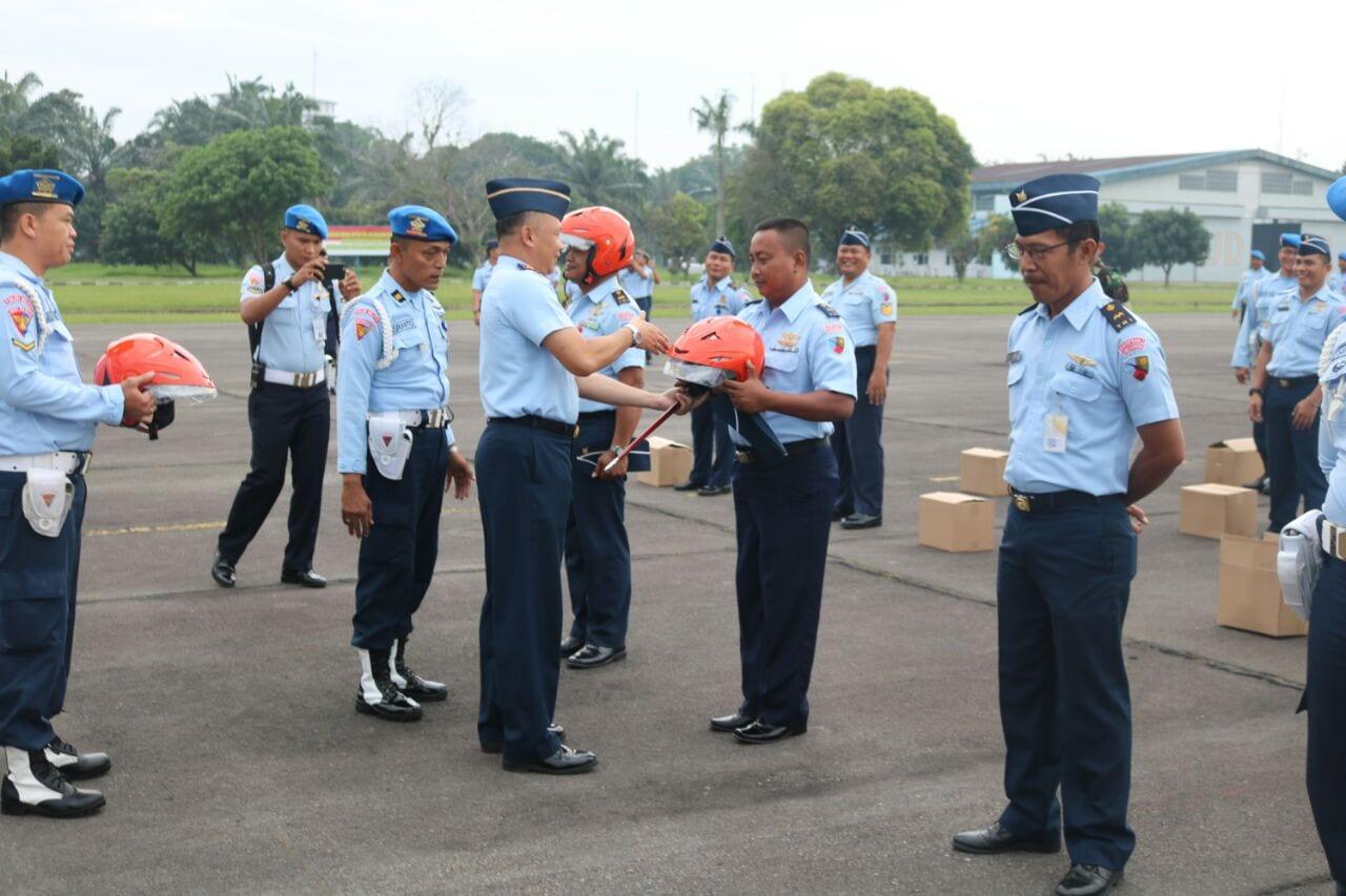 DANLANUD SOEWONDO BAGIKAN HELM KHAS TNI AU KEPADA ANGGOTA