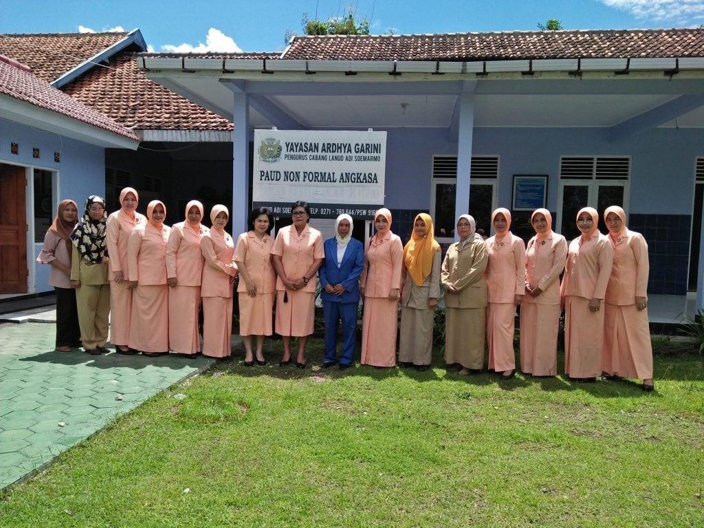 Ketua Yasarini Perwakilan Kodiklatau Kunjungi Sekolah Angkasa Lanud Adi Soemarmo