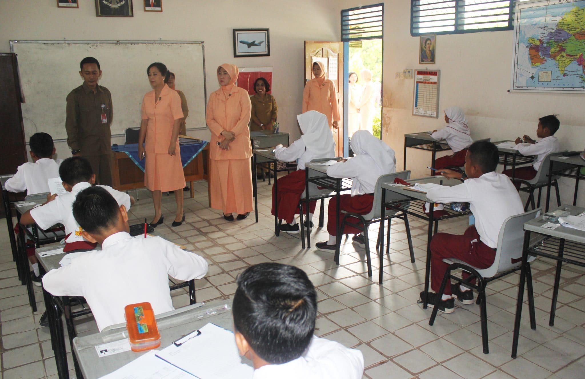 Ketua Yasarini Lanud Rsn Pantau Try Out SD Angkasa