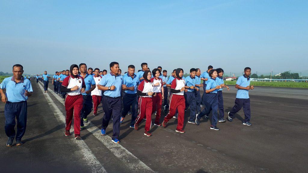 Tingkatkan Sinergitas, Personel Lanud Soewondo Dengan Polrestabes Medan Lari di Run Way