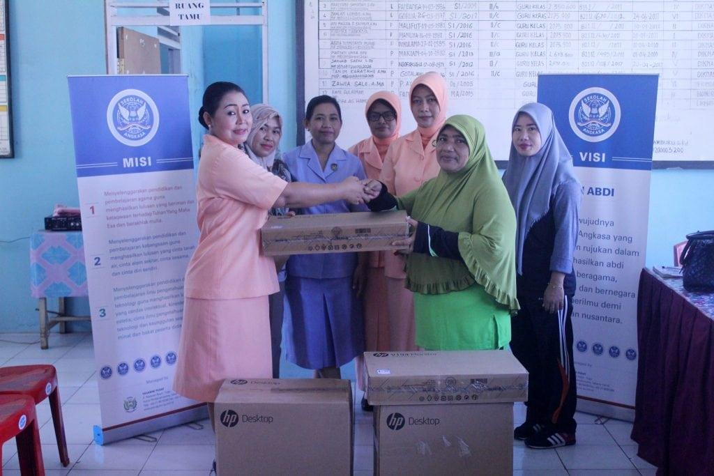 Pia AG Lanud Leo Wattimena Serahkan 5 Unit Komputer Ke Sekolah Angkasa