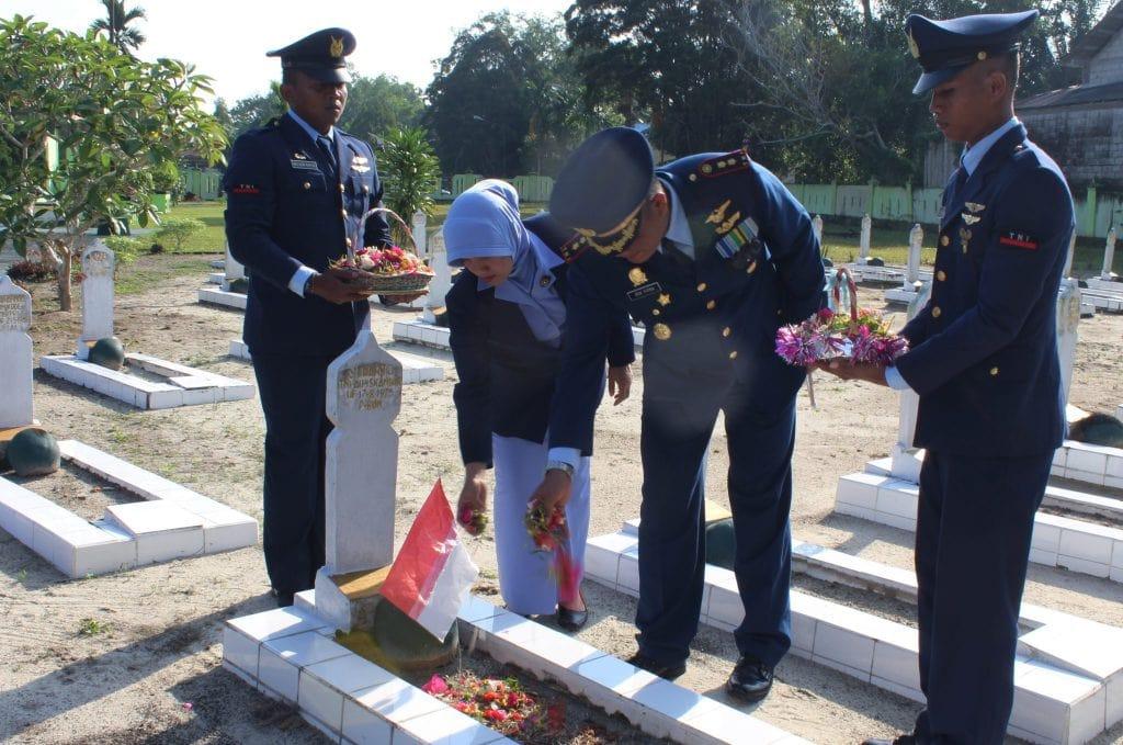 Komandan Lanud Iskandar Pimpin Ziarah Rombongan dalam HUT TNI AU Ke-72
