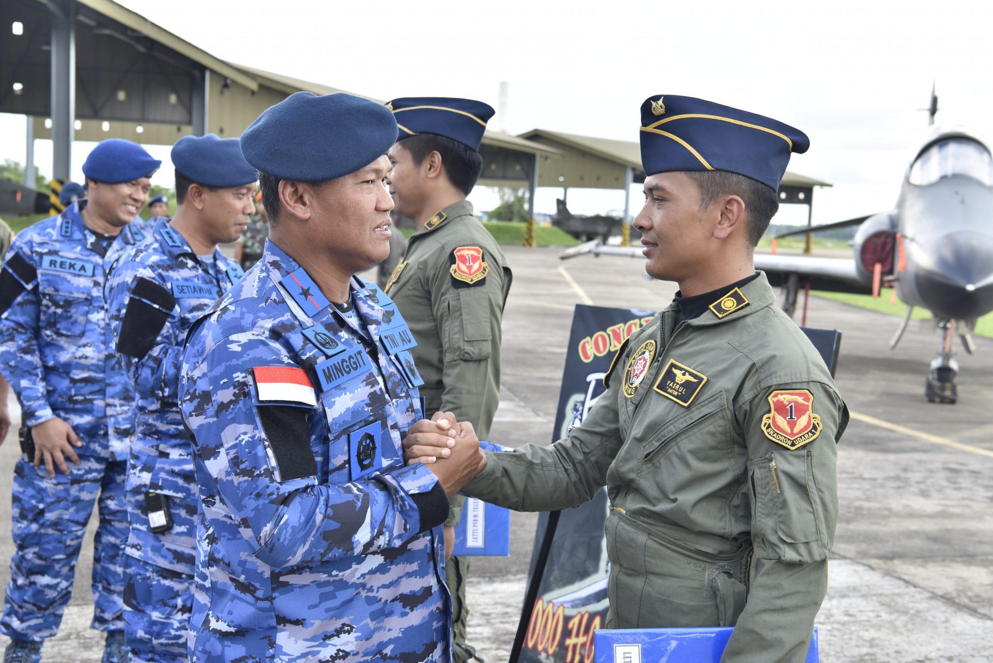 Danlanud Supadio Apresiasi Pencapaian 1000 Jam Terbang Dua Penerbang Skadron Udara 1