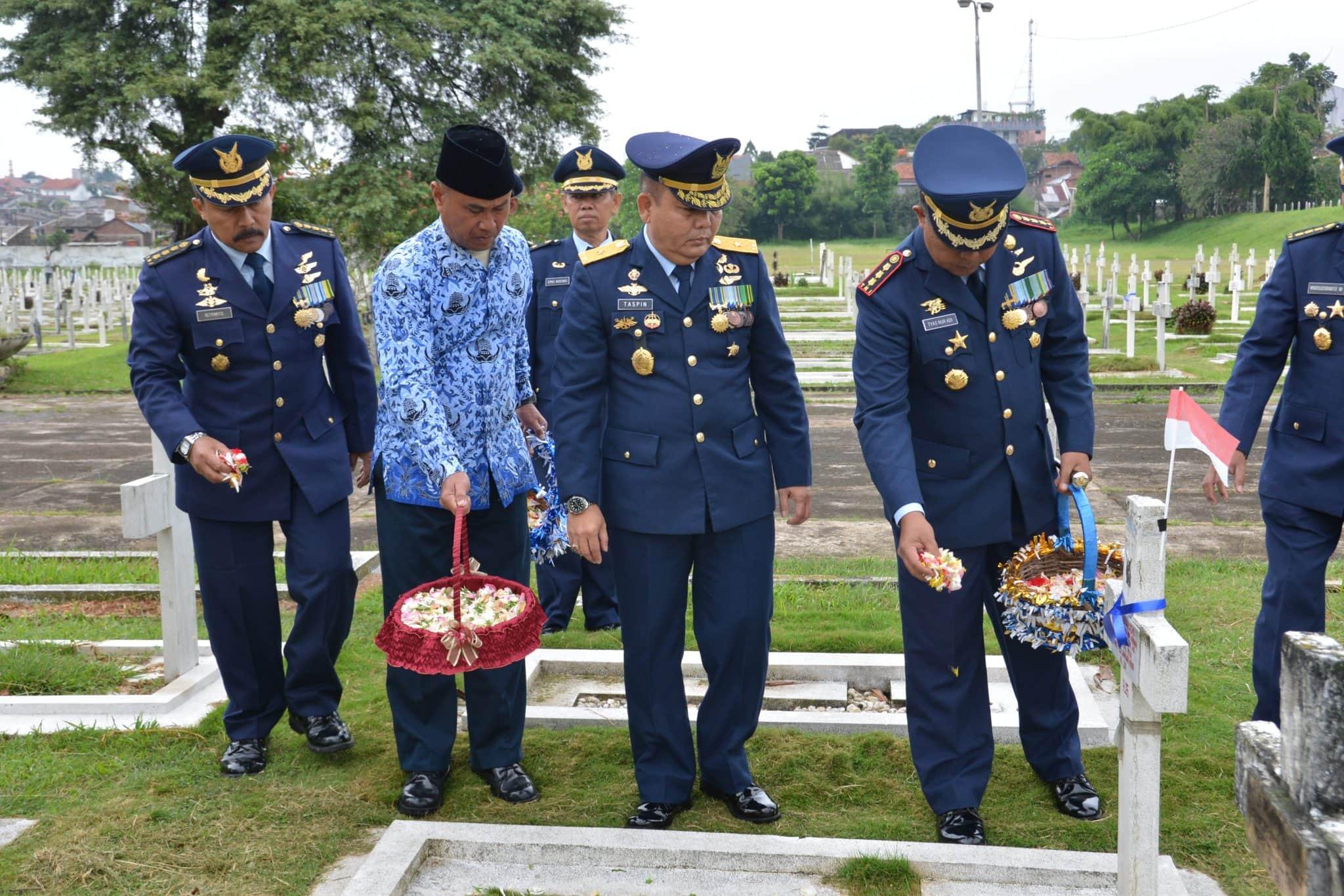 Ziarah Hut TNJI AU Ke-72 Di TMP Cikutra Bandung