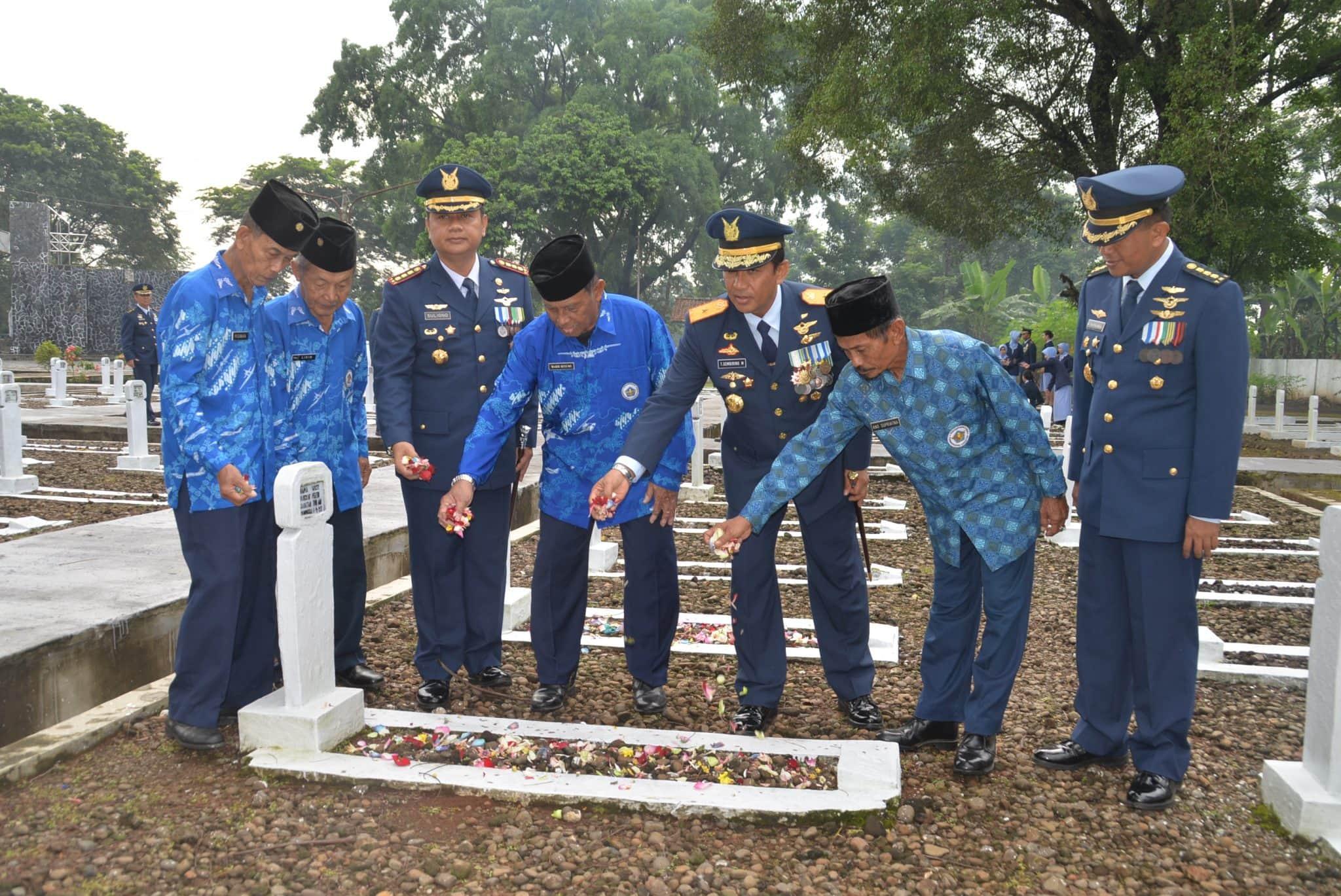 Lanud Suryadarma Ziarah TMP Peringati HUT ke-72 TNI AU