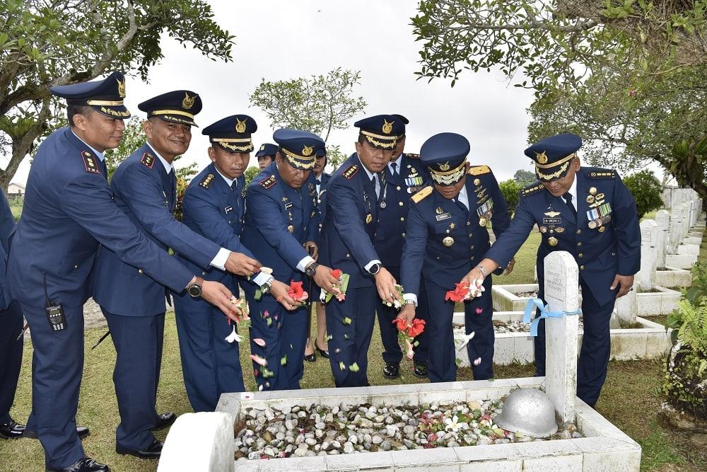 Peringati Hut Ke-72 TNI AU, Prajurit Lanud Supadio Ziarah ke Makam Pahlawan
