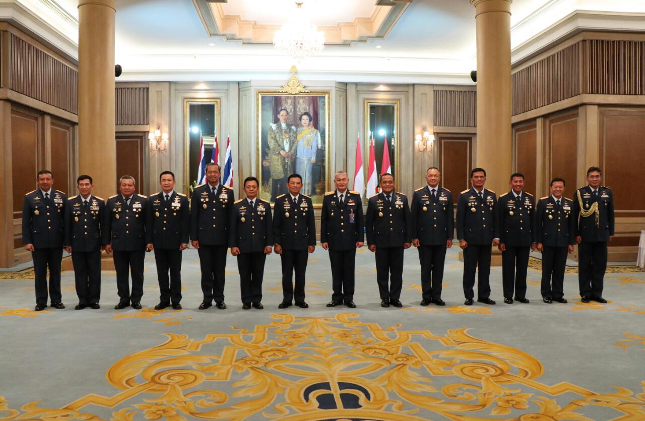 12 Perwira TNI AU Terima Wing Penerbang Kehormatan RTAF
