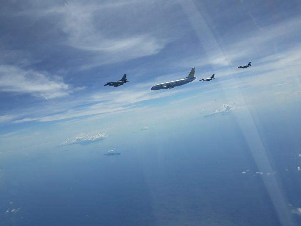 Panglima TNI Dikawal F-16 Saat Memasuki Wilayah Udara Keppri