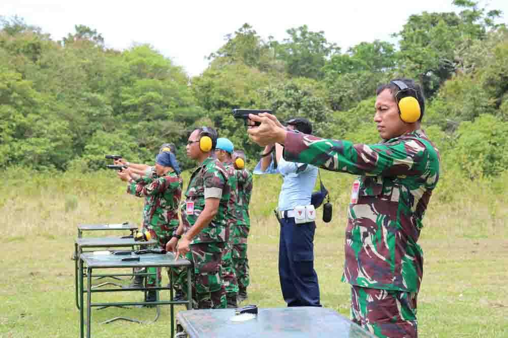 Prajurit Lanud Jayapura Latihan Menembak