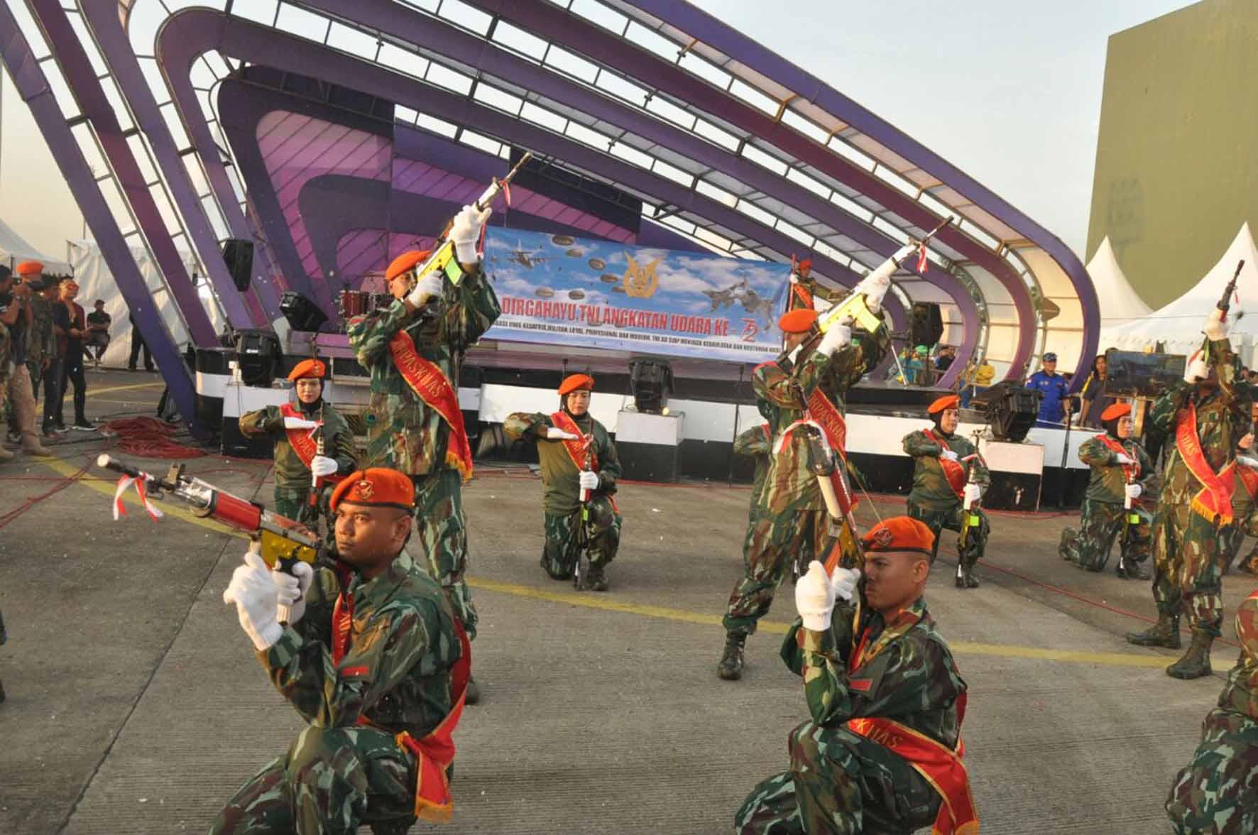 Prajurit Paskhas Meriahkan Pesta Rakyat HUT ke-72 TNI AU