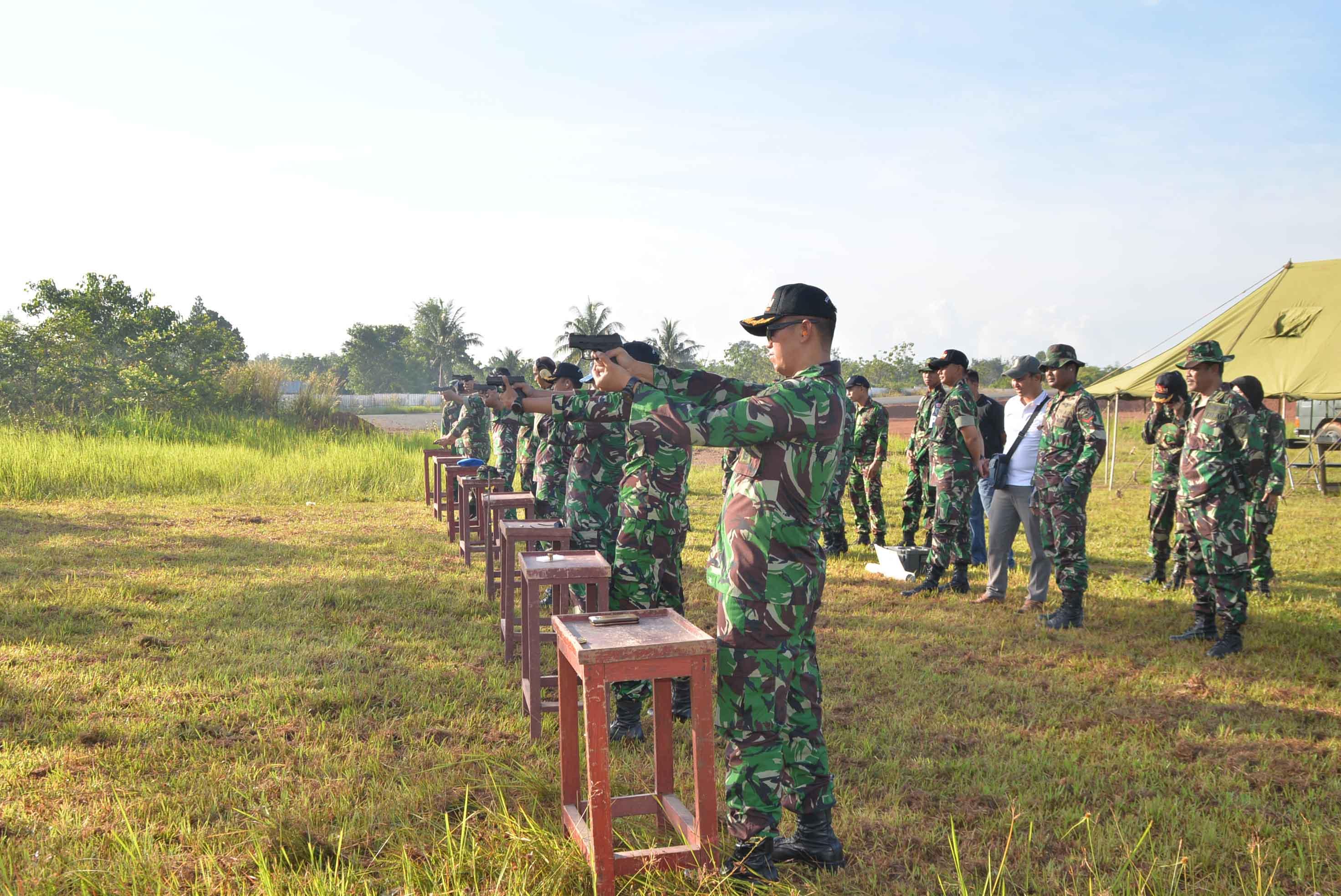 Para Personil Lanud Sjamsudin Noor  Laksanakan Latihan Menembak Laras Pendek