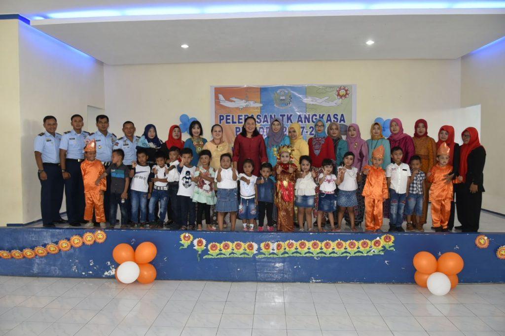 Pelepasan Anak TK Angkasa Oleh Ketua Yasarini Cab. Lanud SMH