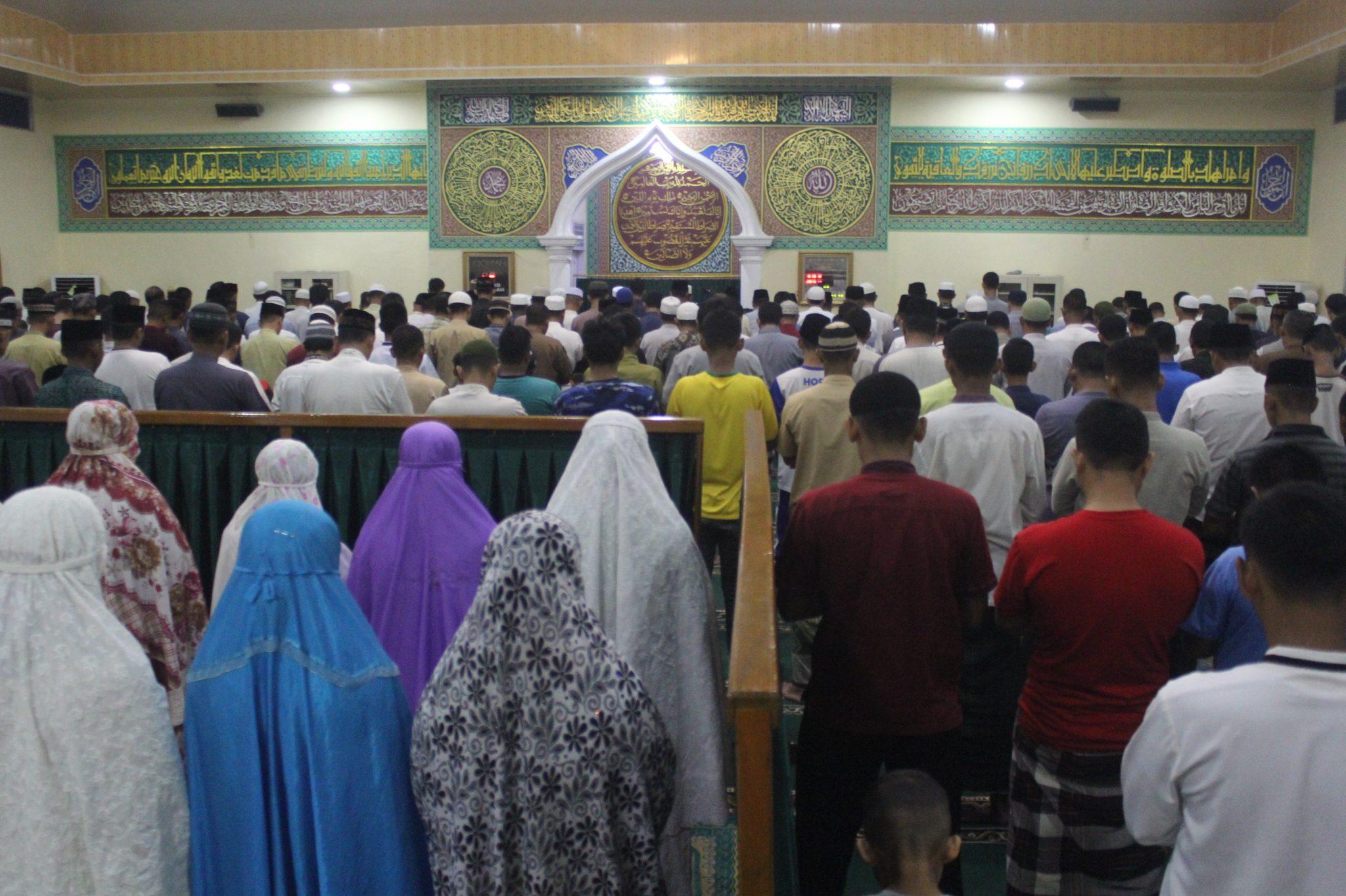 Keluarga Besar Lanud Rsn dan Warga Sekitar Shalat Tarawih Bersama di Masjid Amrullah Lanud Rsn