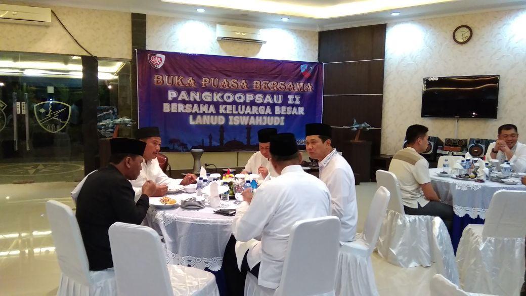 Buka Puasa Bersama Pangkopsau II, Lanud Iwj Undang Ustadz Hamim Jazuli, S.Ag.