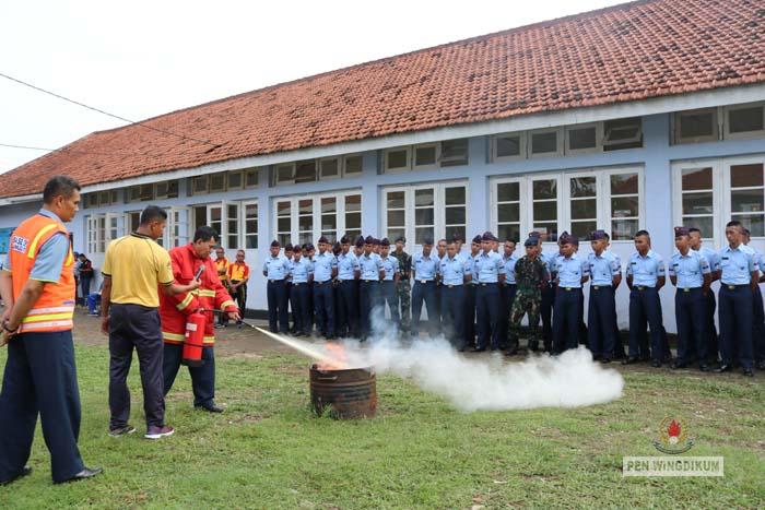 Simulasi Latihan Pemadaman Kebakaran di Skadik 503 Wingdikum