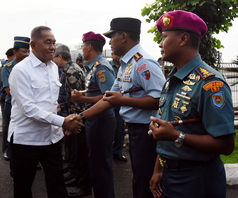 Danlanud Pangeran M. Bun Yamin Menyambut Kedatangan Menteri Pertahanan (Menhan) Ryamizard Ryacudu beserta Rombongan di Bandara Radin Inten II Lampung.