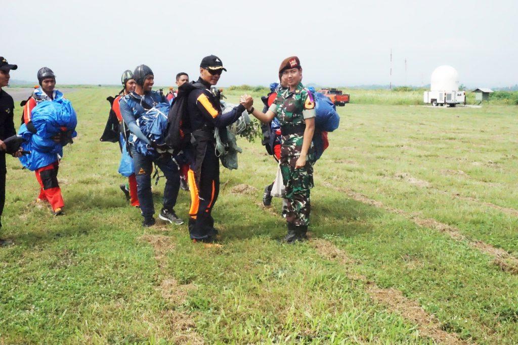 Demo Udara Paskhas Warnai Kunjungan Taruna dan Taruni Akademi TNI