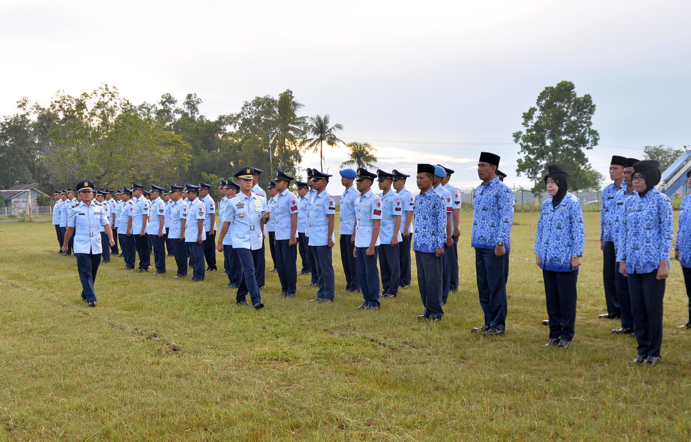 Upacara Peringatan Hari Ulang Tahun Komando Operasi Angkatan Udara Ke-67 di Lanud Sjamsudin Noor