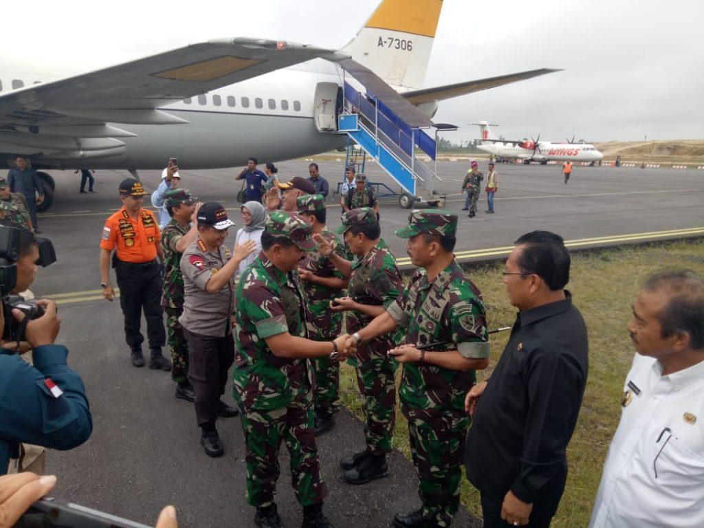Danlanud Soewondo Sambut Panglima TNI Dan Kapolri Di Bandara Internasional Silangit