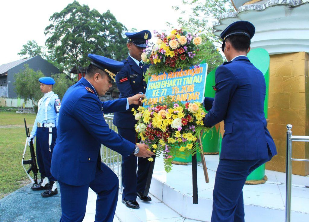 Komandan Iskandar Pimpin Ziarah Rombongan di TMP Indra Pura