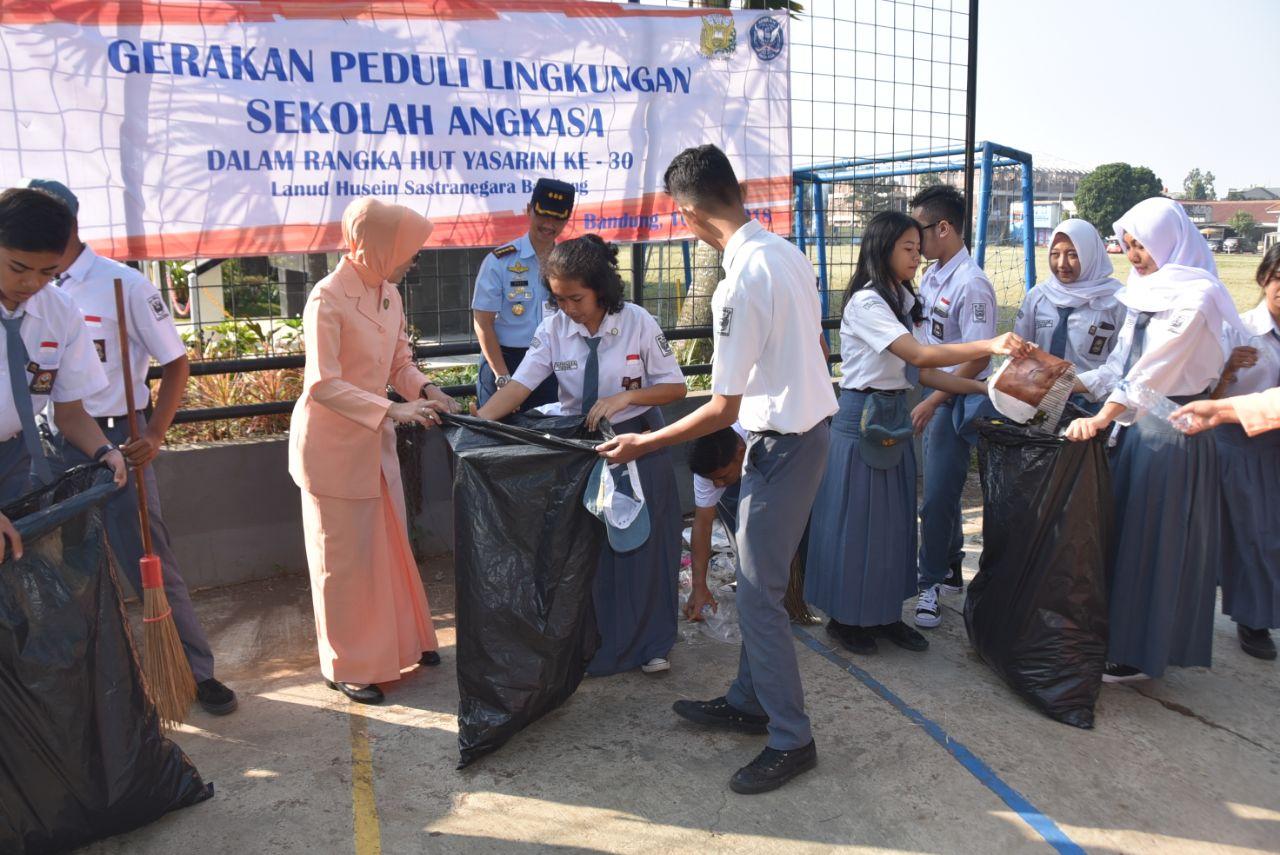 Siswa Sekolah Angkasa Lanud Husein Sastranegara Laksanakan Gerakan Peduli Lingkungan