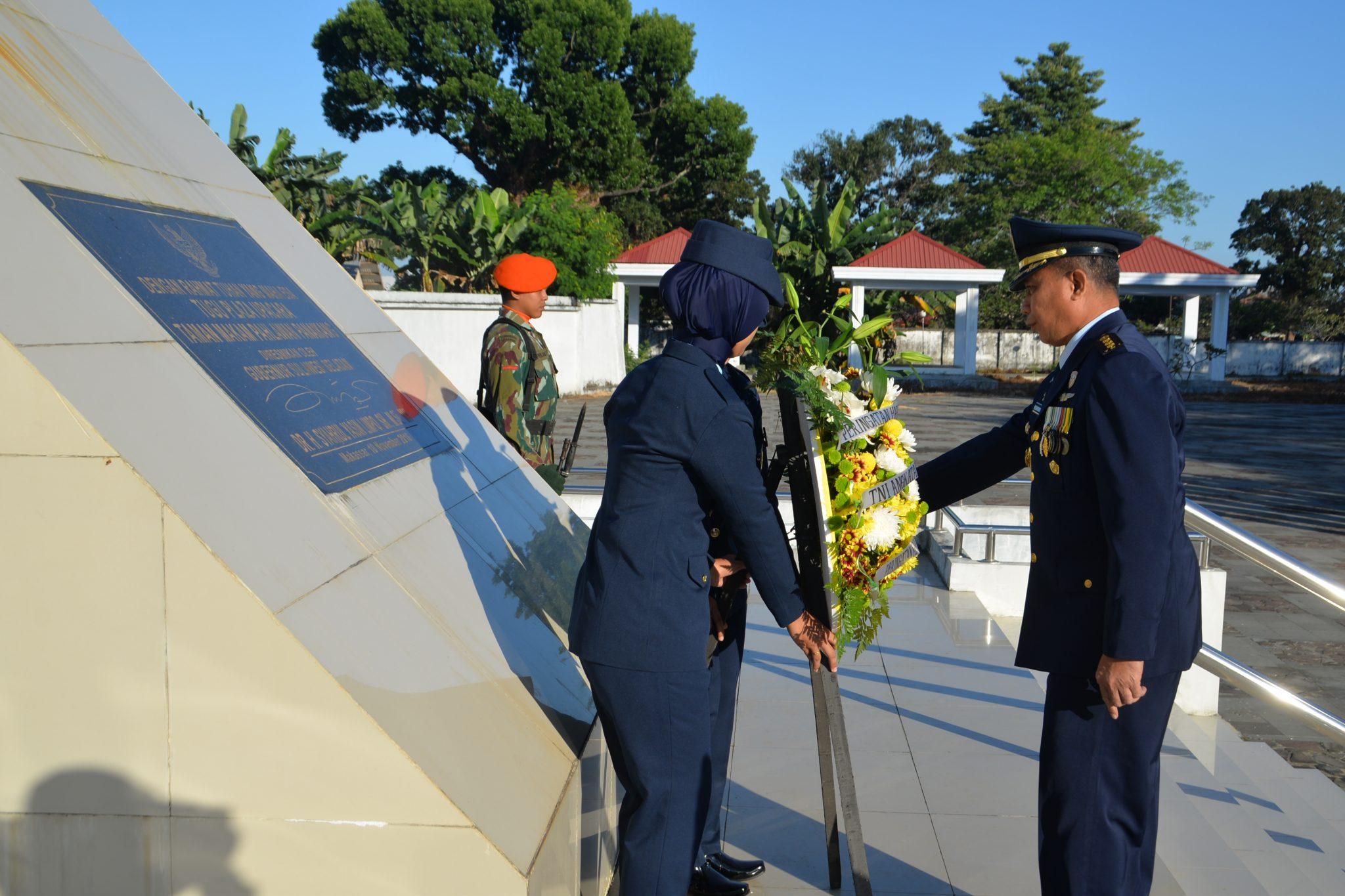 Prajurit TNI AU Ziarah Rombongan di TMP Panaikkang Makassar