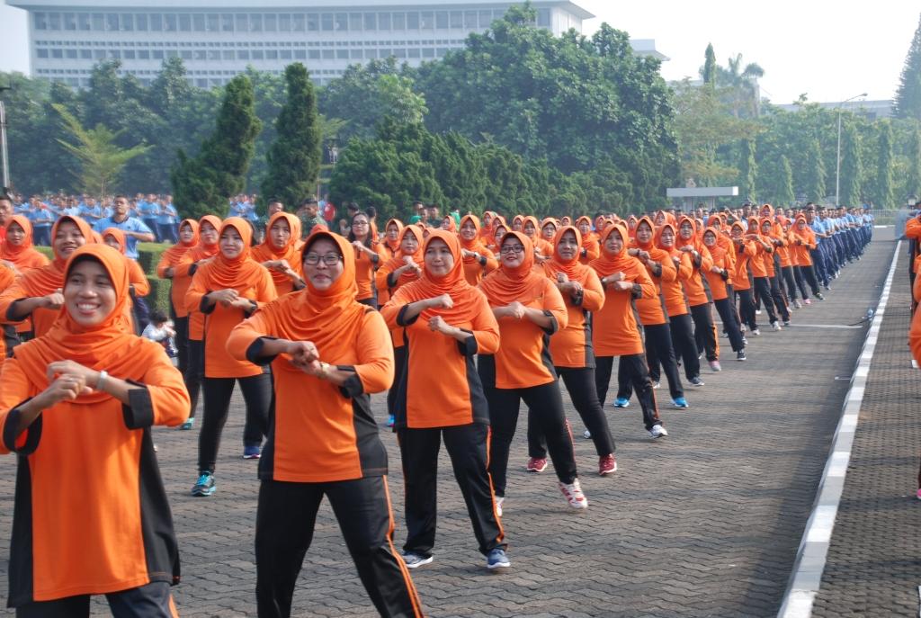 Latihan Poco-poco di Plaza Mabes TNI